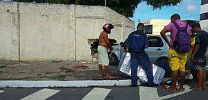 Carro bate em moto, sobe calçada e derruba parte de muro na Pitanguinha