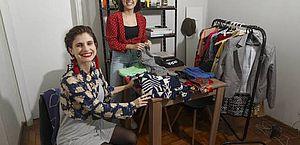 Para driblar a crise, mulheres organizam bazares de troca de roupas entre amigas