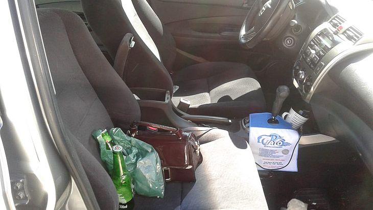 Garrafas de cerveja foram encontradas pelos policiais dentro do veículo