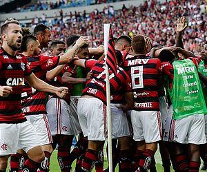 Com dois de Uribe, Flamengo atropela Fluminense e encosta na liderança