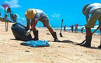 Trabalho de limpeza de praia feito por colaboradores do IMA em outubro