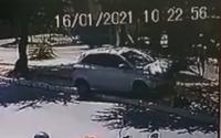Vídeo: Motorista perde controle de veículo e atinge pedestre na Amélia Rosa