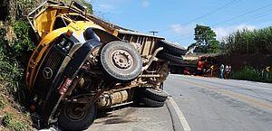 Acidente entre dois caminhões deixa uma pessoa morta na BR-104, em São José da Laje