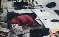 Vídeo: homem arromba porta de loja de autopeças e comete assalto, no Poço
