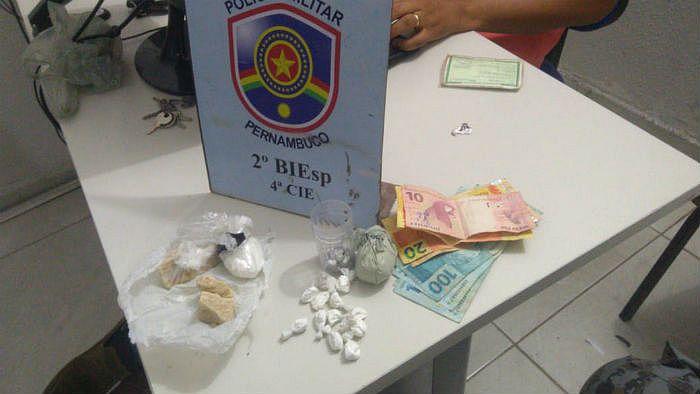 PM apreendeu drogas e R$ 500 na casa dos suspeitos.