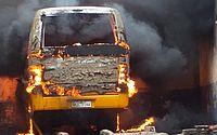 Vídeo: ônibus pega fogo dentro de garagem municipal de São José da Laje