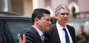Ministro Sérgio Moro visita Fortaleza e faz sinal de 'paz e amor'.