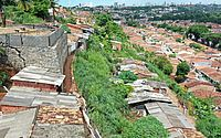 Muro irregular ameaça cair e obriga 25 famílias a deixar as casas em Chã de Bebedouro