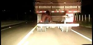 Vídeo: homem se arrisca em carona no para-choque de caminhão