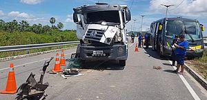 Quatro ficam feridos em colisão entre caminhão e micro-ônibus no Ceará