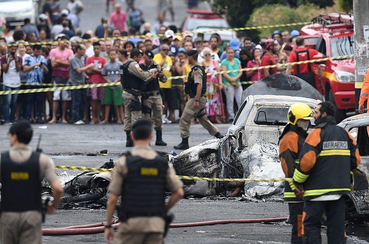 Avião cai em Belo Horizonte e deixa ao menos três mortos