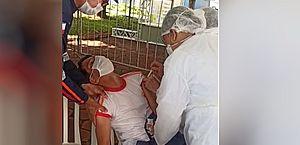 Vídeo: socorrista do Samu desmaia com medo da agulha, mas faz questão de se vacinar contra a Covid