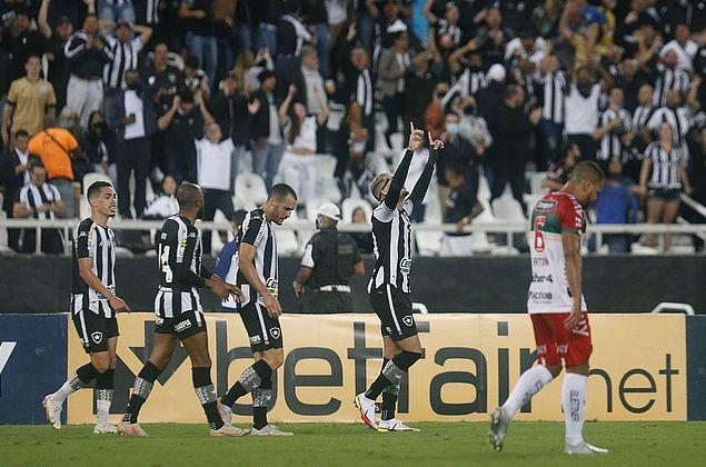 Com dois de Navarro, Botafogo derrota Brusque na Série B