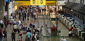 Justiça condena empresa aérea a pagar R$ 20 mil por deixar criança dormir sozinha em Guarulhos