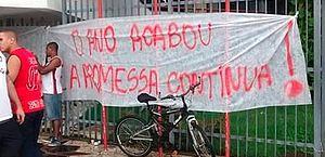 Torcida do Flamengo protesta contra elenco em aeroporto após eliminação