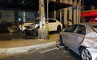 Acidente com dois carros de luxo atinge estabelecimento comercial em Fortaleza