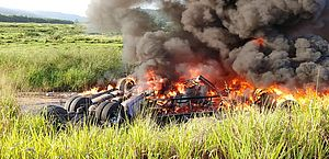 Casal morre carbonizado após carreta tombar e pegar fogo em Jequiá da Praia; vídeo