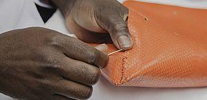 Bolsas são reproduzidas a partir de retalhos de couro