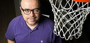 Transmissão de jogo de basquete tem pedido de casamento e ajuda de narrador