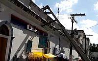 Poste cai sobre telhado de loja no centro de Maceió