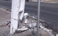 Poste fica parcialmente destruído após ser atingido por veículo em Mangabeiras