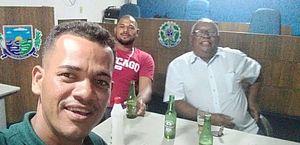 Ex-vereador comemora posse da filha com cerveja dentro do plenário da Câmara no interior de AL