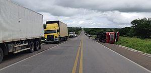 Acidente envolvendo caminhão, carros e moto deixa 2 mortos e 6 feridos na BR-423