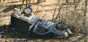 Veículos são 'engolidos' por chão que desmoronou após chuvas nos EUA