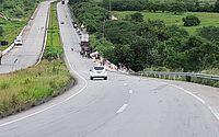 Caminhão tomba, motorista é socorrido em São Sebastião e carga é saqueada