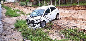 Carro bate em poste e fornecimento de energia é interrompido em dois bairros de Maceió