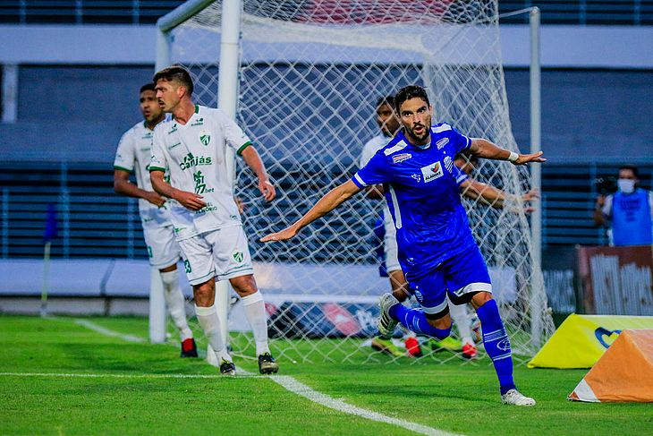 Rodrigo Pimpão comemora o gol que abriu o placar no Trapichão