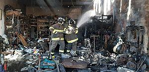 Incêndio destrói parte de oficina no bairro Mangabeiras, neste sábado
