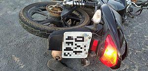 Casal com moto roubada fica ferido após acidente no Benedito Bentes