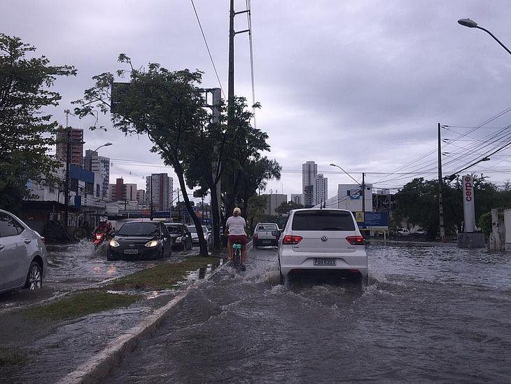 Avenida Abdias de Carvalho teve alagamentos nos dois sentidos