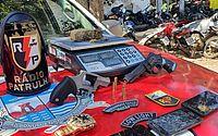 Após denúncias, polícia apreende arma, maconha e recupera veículo e objetos roubados