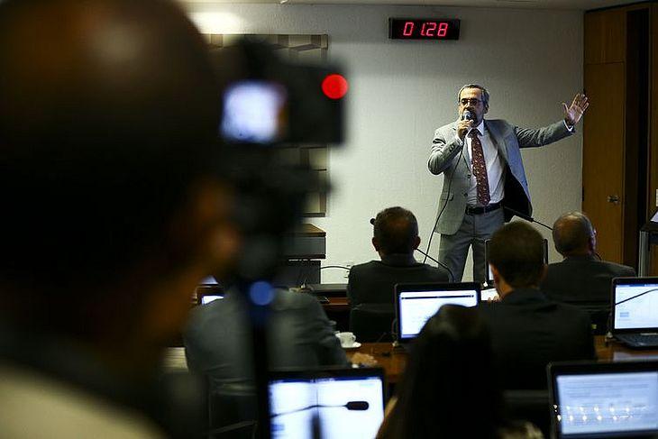 O ministro Abraham Weintraub durante audiência pública na Comissão de Educação do Senado