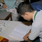 Aluno de escola pública usa luz de poste para estudar
