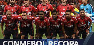 Meia do Athletico-PR denuncia racismo de torcedores do River Plate