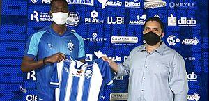 Lateral-esquerdo Igor Fernandes foi apresentado ao lado do executivo de futebol Marcelo Barbarotti