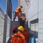 Vídeo: bombeiros resgatam vítima de descarga elétrica em telhado de casa
