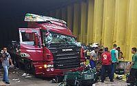 Acidente com caminhão em túnel atrapalha trânsito em Natal