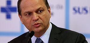 Ex-ministro da Saúde é acusado de favorecer empresas em compra de remédios