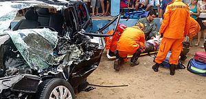 Colisão entre carro e caminhão deixa vítima presa às ferragens na BR-101
