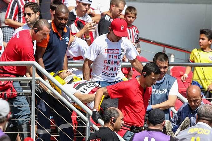 Dois torcedores foram socorridos após queda de arquibancada