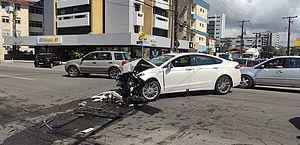 Acidente na João Davino deixa carro destruído e parado no meio da pista