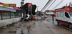 Motorista fica ferido após carro bater em poste e capotar na Avenida Menino Marcelo; vídeo