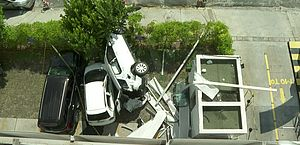 Vídeo: câmera filma momento em que carro despenca de 3º andar