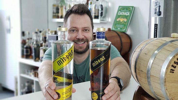 Leandro Dias teve a ideia de criar uma cachaça com flocos de ouro em 2012, quando teve contato com bebidas alcoólicas produzidas com ouro puro no Canadá