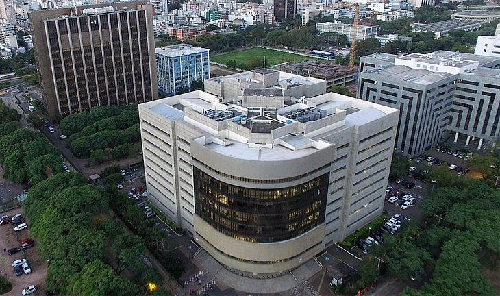 Imagem aérea da fachada do prédio do TRF4 em Porto Alegre.