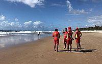 Idosa é resgatada do mar por guarda-vidas, na Praia da Sereia
